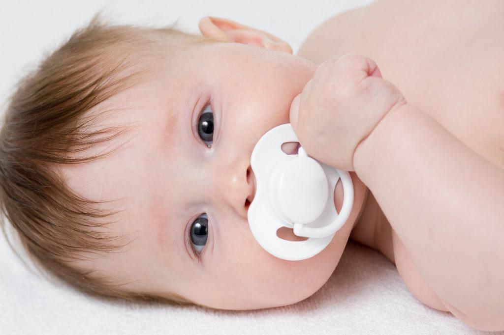 новорожденный с пустышкой