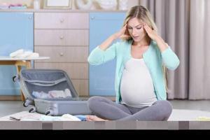 беременная собирает вещи в роддом