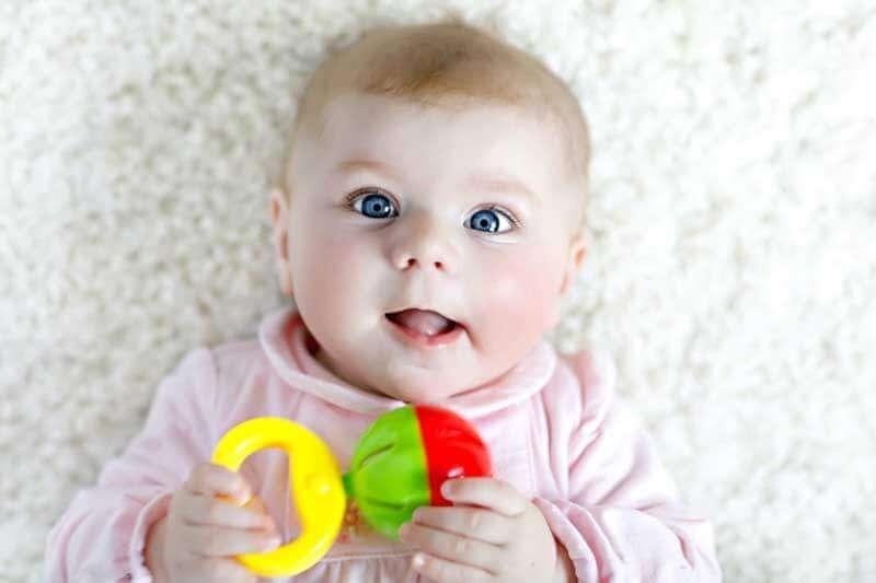 малыш с погремушкой