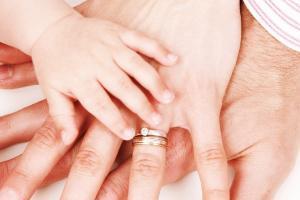 руки ребенка и мамы