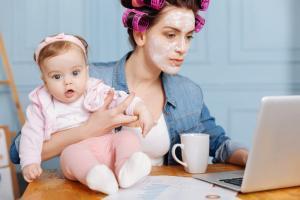 молодая мама с новорожденным дома утром