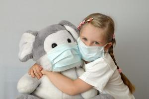 ребенок с инфекцией в маске