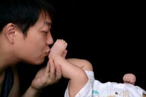 папа держит малыша за ножку