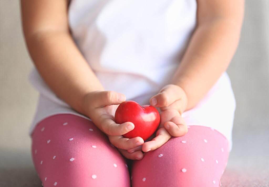 ребенок с игрушкой сердечком