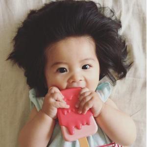 новорожденная с длинными волосами