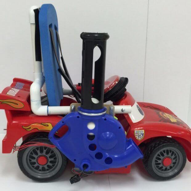 Дети меняют инвалидные кресла на игрушечные автомобили, чтобы больше двигаться
