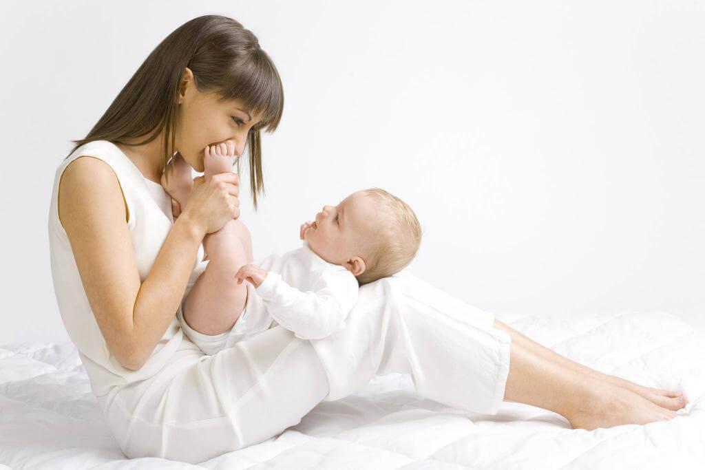 новорожденный на коленях мамы
