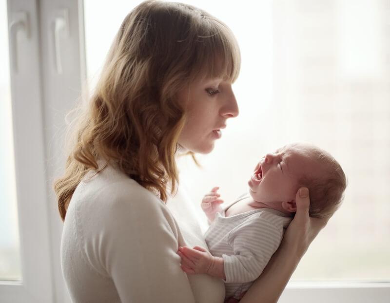 малыш плачет на руках у мамы