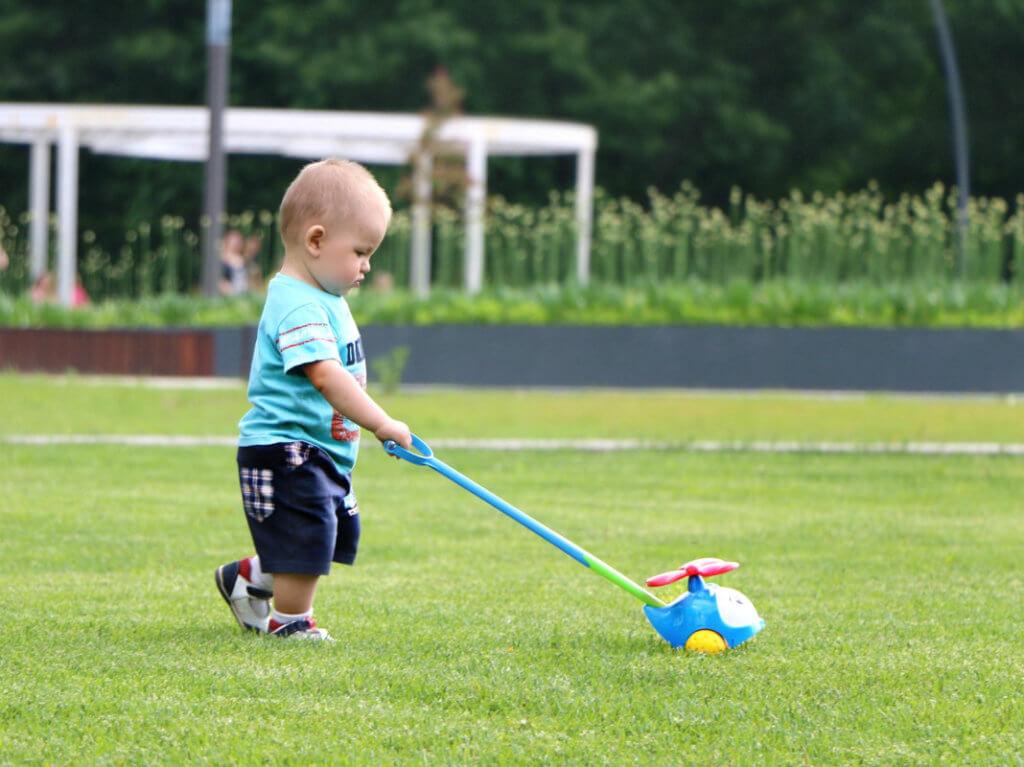 Маленький ребенок играет самолетиком