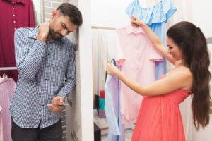 беременная выбирает одежду