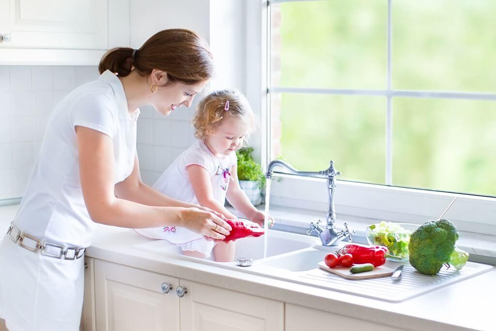 мама с ребенком на кухне готовят