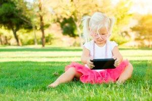 девочка с телефоном на курсах
