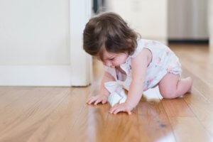 ребенок учится ползать
