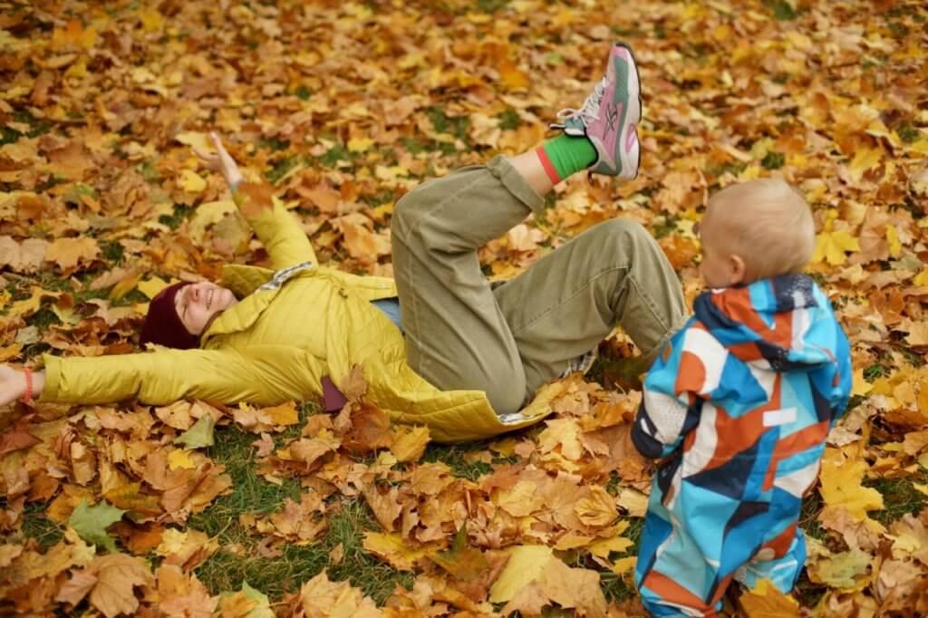 Мама и ребенок в парке