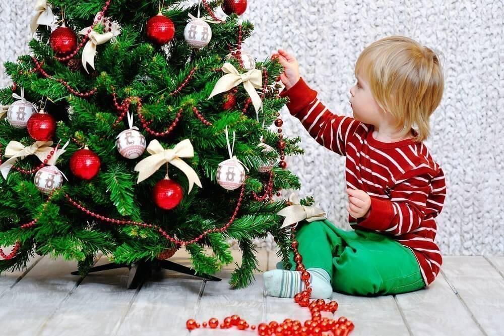 Ребенок и елка