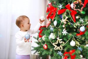 малыш у елки