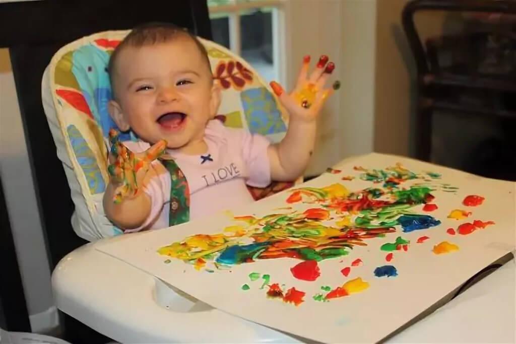 Малыш с пальчиковыми красками