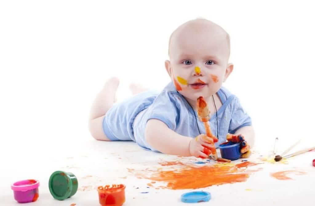 Малыш с красками