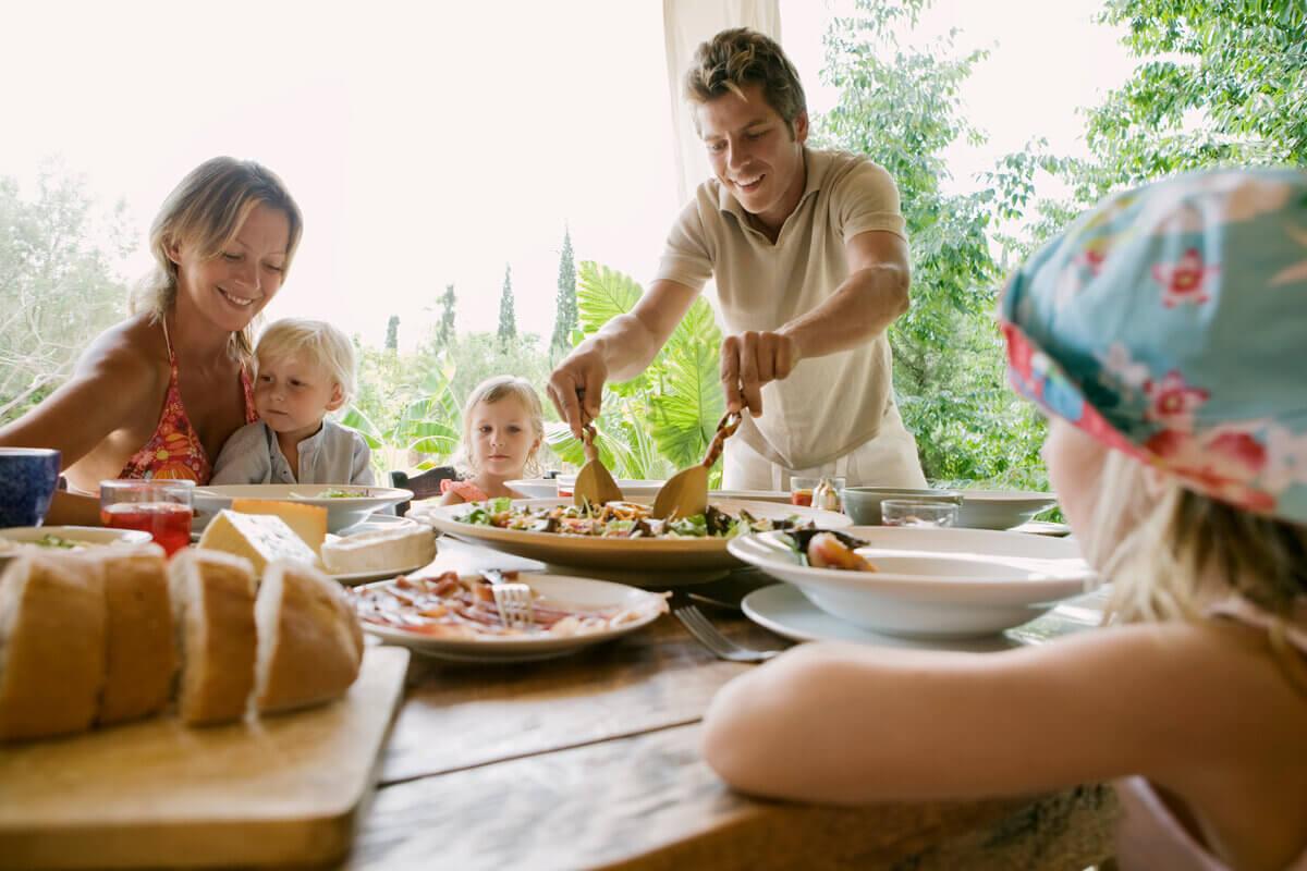 Семейный ужин – путь к счастливой жизни: ученые раскрыли 5 фактов о домашних «посиделках»